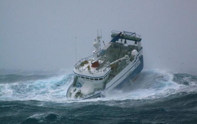 Фото: Корабль в море во время шторма (binscorner.com)