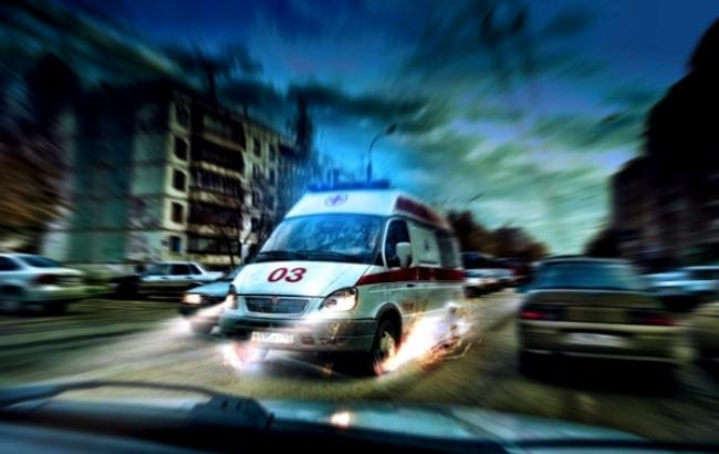 """Автохам перекрыл въезд в больницу: врачи """"скорой"""" несли ребенка на руках"""