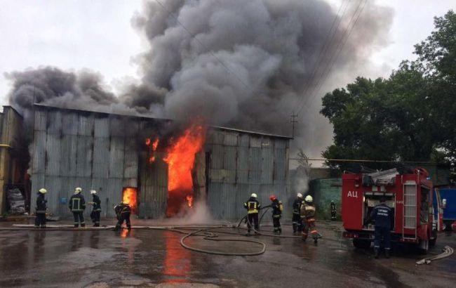 Фото: ліквідація пожежі на СТО в Києві (прес-центр ДСНС)
