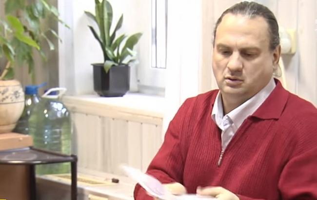 Фото: Отец Артура, который терроризировал всю школу (Кадр из видео YouTube/ТСН)