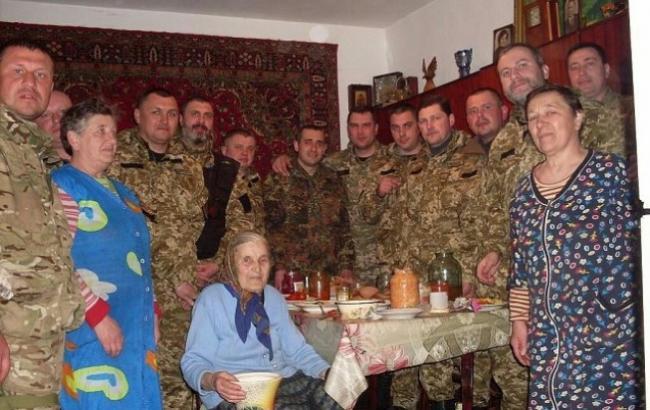 Фото: Бабуся і українські військові (facebook.com)