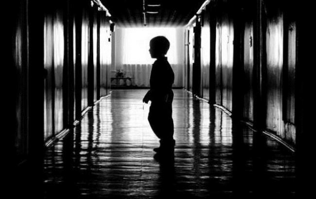 Фото: Ребенок в приюте (fontanka.ru)
