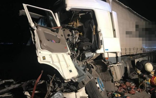 """У Київській області зіштовхнулися три вантажівки: одного водія забрала """"швидка"""""""