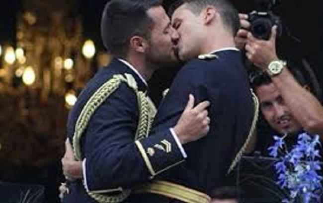 В Ивано-Франковске требуют выгнать геев из полиции