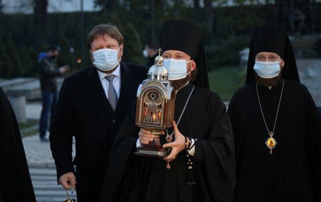 УПЦ МП привезла благодатний вогонь: роздачу проводять, попри карантин
