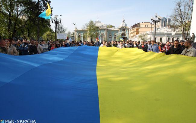 Половина украинцев считают зажиточность важнее демократии