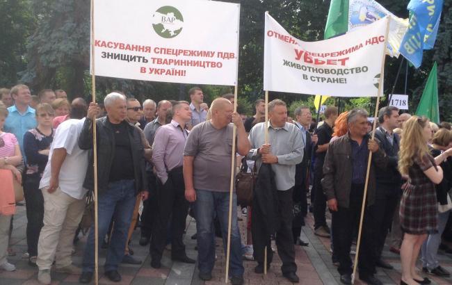 Под Радой протестуют около 300 предпринимателей