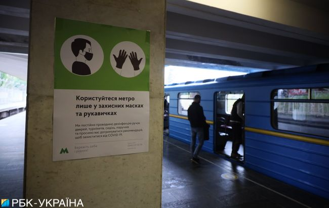 Маска из лопуха: как киевляне соблюдают карантин в метро (фото)