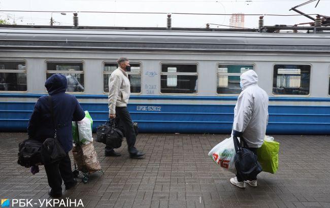 """Укрзализныця попала в скандал в первый же день: даже """"семки"""" не убрали"""