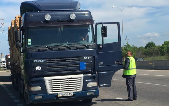 У Чернівцях водій фури збив інспектора і тягнув по трасі на капоті: деталі інциденту (відео)