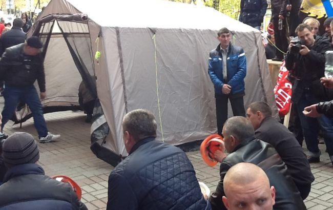 Фото РБК-Україна: під Міненерго поставили намет