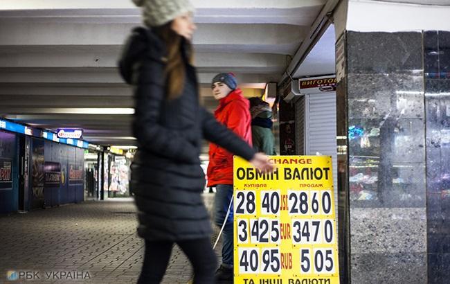 Банки підняли курс долара на 50 копійок в очікуванні воєнного стану