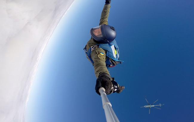 Фото: Стрибок десантника з парашутом (ngu.gov.ua)