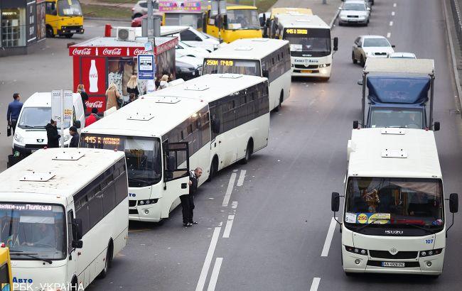 """В мережі розповіли про нелегальну парковку маршруток у Києві: """"кришують"""" броварські перевізники"""