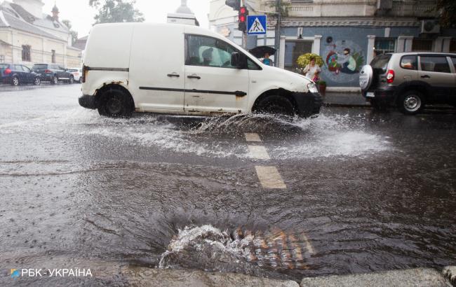 """Після зливи у Києві затоплено підземний паркінг ТЦ """"Гулівер"""""""
