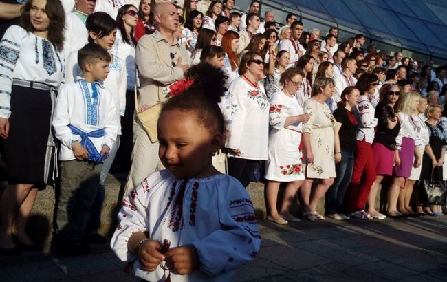 Фото РБК-Украина: коллективное фото киевлян в вышиванках