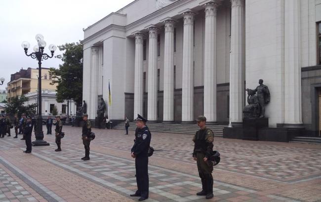 Фото: здание парламента оцеплено правоохранителями