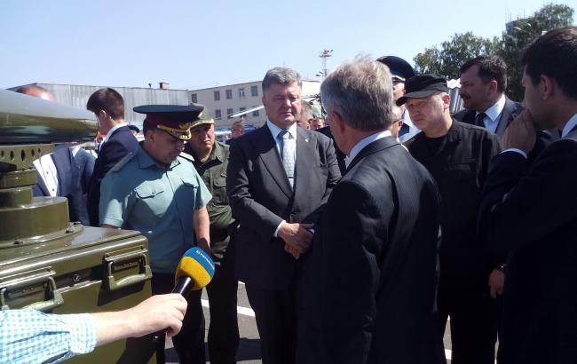 Фото: делегація на авіазаводі на чолі з Порошенком