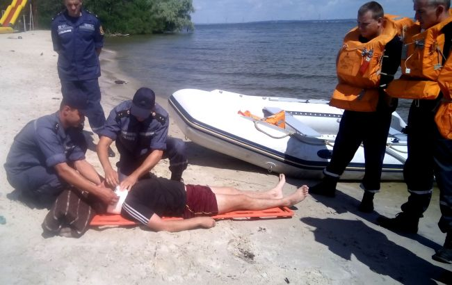 Фото: спасатели оказывают помощь на пляже