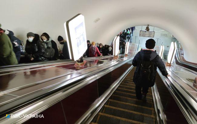 В метро Киева произошло ЧП: мужчину откачивали неравнодушные пассажиры (фото)