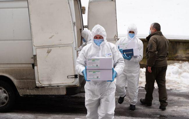 COVID-вакцину сьогодні доставлять до більшості регіонів України, крім двох