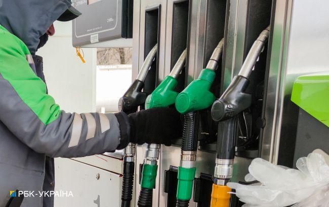 На АЗС припиняють продавати преміальне паливо і знижують ціни