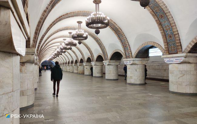 В метро Киева пытались потушить пожар шваброй: в сеть попало эпичное видео