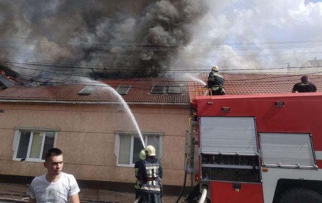В Мукачево загорелась придорожная гостиница