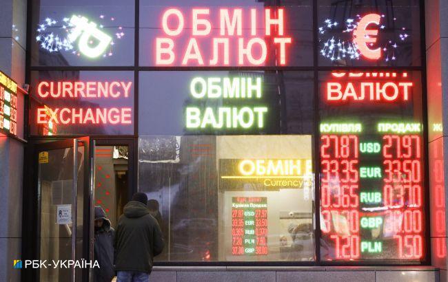 Ситуація на валютному ринку: українці продають долари