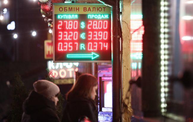 Українці відновили купівлю валюти в банках: скільки зберегли за місяць