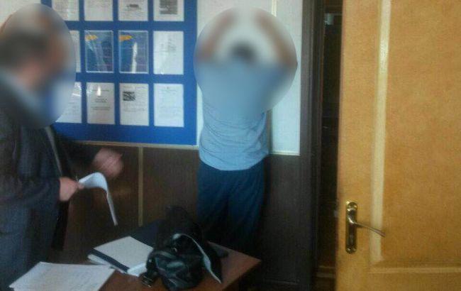 Фото: затримання вінницького митника на хабарі (прес-служба прокуратури)
