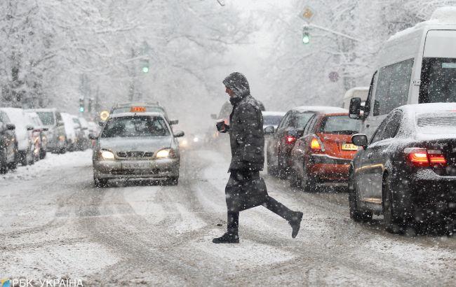 Киев засыпает снегом. На дорогах значительные пробки