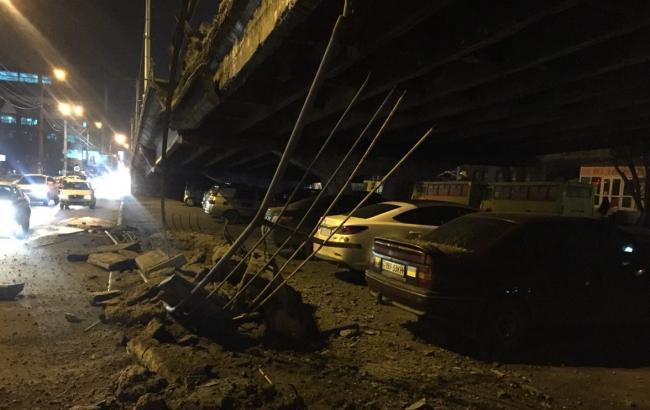 Фото: у Києві стався обвал мосту