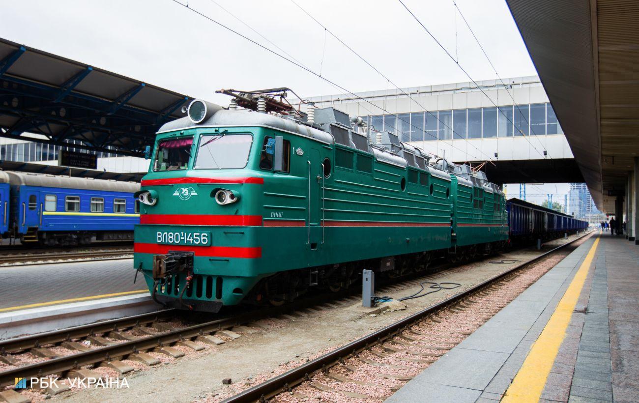Под Кропивницким поезд сошел с рельсов: врезался в будку и повалил столб