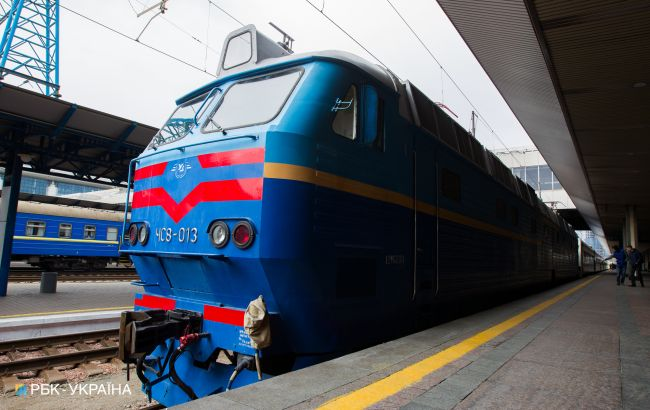 """""""Укрзализныця"""" возобновила сопровождение поездов полицейскими"""
