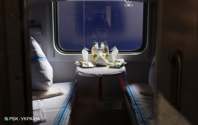 """Блогер шокировал историей о """"попойке"""" в поезде УЗ: ночью с верхней полки что-то потекло"""