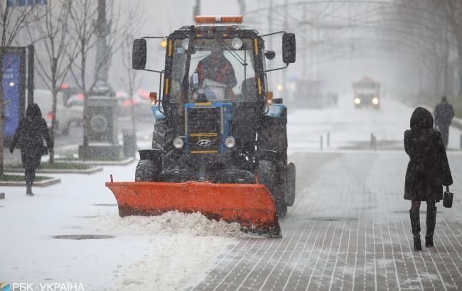 У Києві на дороги вивели снігоприбиральну техніку, - КМДА