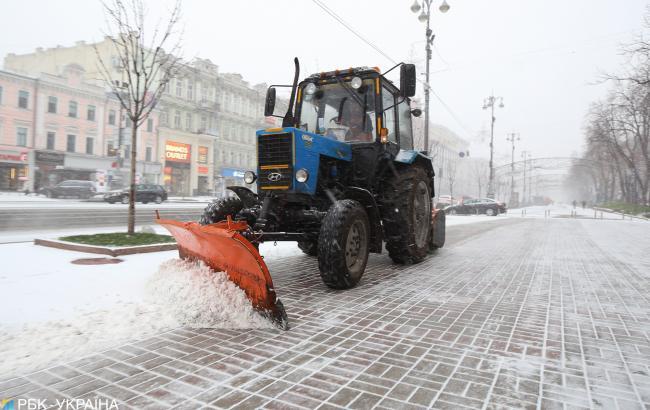 На дороги Києва вивели майже 300 одиниць снігоприбиральної техніки