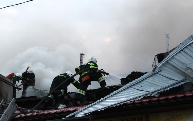В сети показали, как пожарные тушили рынок в Полтаве