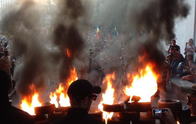 Участники марша в Киеве подожгли шины