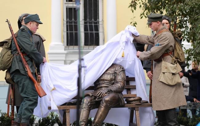 Открытие первого памятника Петлюре в Украине: люди в форме устроили стрельбу