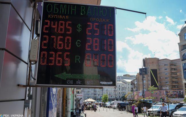 Курс долара на міжбанку впав нижче 25 грн і продовжує знижуватися
