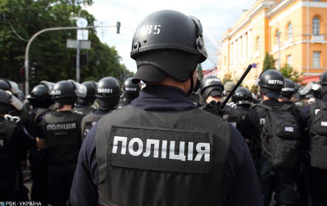 Катував та погрожував зброєю: житомирському поліцейському оголосили підозру