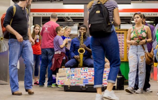 В метро Бостона чоловік виконав гімн України на саксофоні