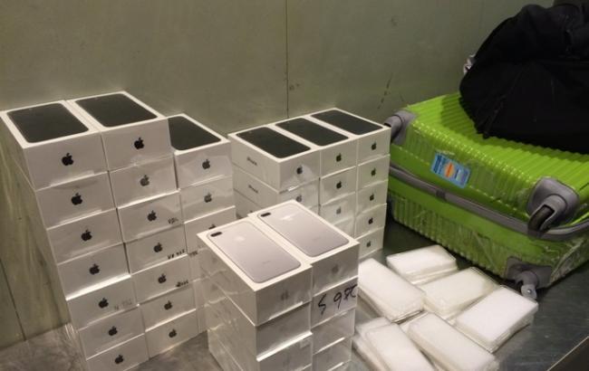 Львовские пограничники изъяли неменее 400 контрабандных iPhone
