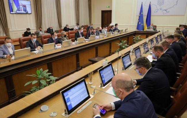 """Кабмін пропонує спрямувати 1,4 млрд гривень від розмитнення """"євроблях"""" на боротьбу з COVID-19"""