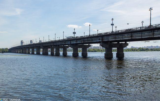 На мосту Патона в Києві знову прорвало трубу