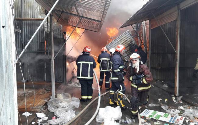 Фото: пожежа на ринку у Чернівцях (cv.dsns.gov.ua)