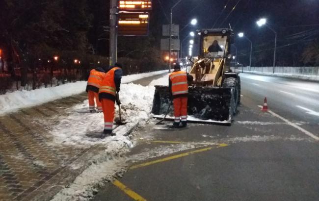 Улицы Киева чистят от снега круглосуточно, - КГГА