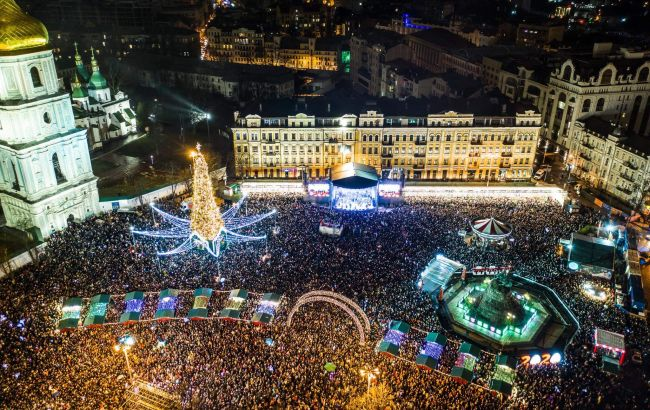 Новогоднюю ночь на Софиевской площади Киева встретили более 100 тыс. человек